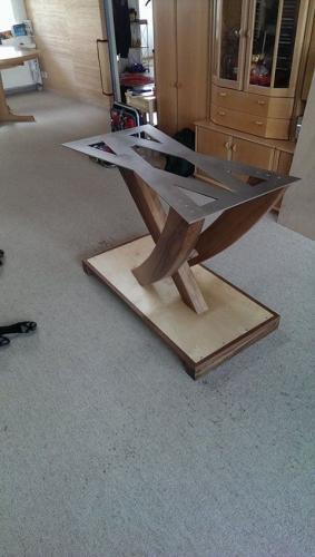 Tischgestell auf dem Kopf, mit Chromstahlgrundplatte