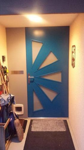 Haustür blau mit Glaseinsätzen