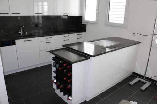 Küche Hochglanz mit SteinabdeckungWeinregal