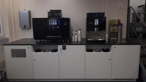 Kaffeeküche mit Steinabdeckung mit GerätenAbfallabwurf und Behälter für Zubehör